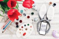 Glücklicher Ostern-Text auf Telefonschirm Jahreszeit ` s Grußkarte bunn lizenzfreies stockfoto