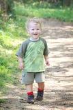 Glücklicher Passsitz-aktives Kind draußen Lizenzfreies Stockfoto