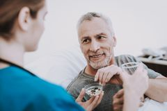 Glücklicher Patient im Krankenhaus Glücklicher Mann in der Klinik lizenzfreies stockfoto