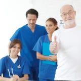 Glücklicher Patient und Doktoren lizenzfreie stockfotos