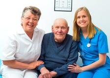 Glücklicher Patient und seine Doktoren Stockbild