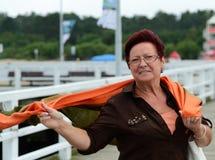 Glücklicher Pensionär auf Seebrücke Stockfoto