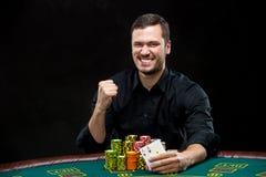 Glücklicher Pokerspieler, der ein Paar Asse gewinnt und hält Lizenzfreies Stockfoto