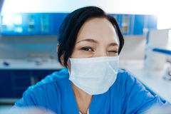 Glücklicher positiver Chirurg, der an Ihnen blinzelt Stockbild