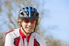 Glücklicher Radfahrer in der Sportkleidung Stockfotografie