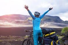 Glücklicher Radfahrer entspannen sich in der schönen Natur Reise- und Sportbild Stockfotografie