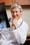 Glücklicher Radiologe-With-Röntgenstrahl Lizenzfreie Stockfotografie