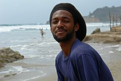 Glücklicher Rastamann auf dem Strand vom Pazifischen Ozean Stockbild