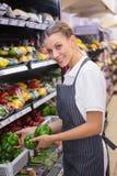 Glücklicher recht blonder Übungsgrünpfeffer auf Regal Lizenzfreies Stockfoto