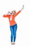 Glücklicher recht blonder Gesang im Mikrofon Lizenzfreie Stockfotos