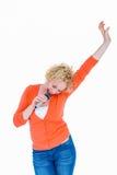 Glücklicher recht blonder Gesang im Mikrofon Stockfotografie