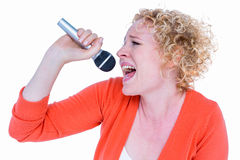 Glücklicher recht blonder Gesang im Mikrofon Stockbilder