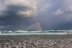 Glücklicher Regenbogen auf dem regnerischen Meer stockfotografie