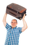 Glücklicher Reisender, der herauf sein Gepäck anhebt Lizenzfreie Stockbilder