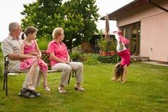 Glücklicher Ruhestand mit Enkelkind lizenzfreies stockfoto