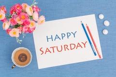Glücklicher Samstag, Hörnchen mit grünem Tee und Blumen Stockfotos