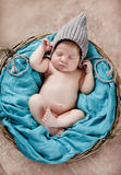 Glücklicher Schlaf in einem neugeborenen Baby des Korbes Stockbilder