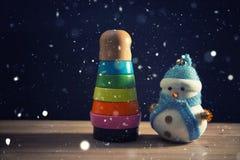 Glücklicher Schneemann, der im dunklen Winterweihnachtsschneehintergrund steht Grußkarte der frohen Weihnachten und des guten Rut Stockbilder