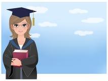Glücklicher Schulabgänger, der disloma gegen blauen Himmel hält Lizenzfreies Stockbild