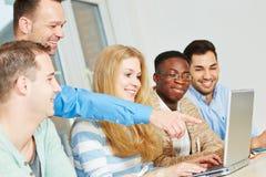 Lehrer, der auf Computer zeigt Lizenzfreies Stockbild