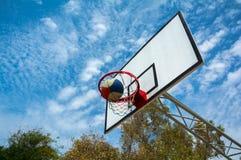 Glücklicher Schuss direkt in das Ziel - Basketball Lizenzfreie Stockbilder