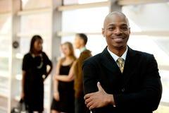 Glücklicher schwarzer Geschäftsmann Stockfotografie