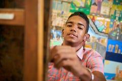 Glücklicher schwarzer Jungen-Student Of Art School Smiling At Camera Stockfoto