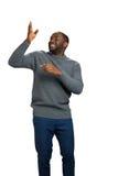 Glücklicher schwarzer Mann, der Richtung zeigt Lizenzfreies Stockfoto