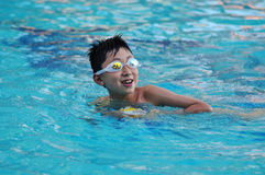 Glücklicher Schwimmenjunge Stockfotos