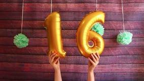 Glücklicher sechzehn Geburtstag, goldene Luftballone mit Nr. 16 stock footage