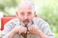Glücklicher Senior mit catarcts lizenzfreie stockfotos