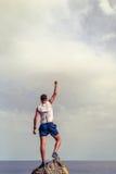 Glücklicher Sieger, der Lebenzielerfolgsmann erreicht stockfotografie