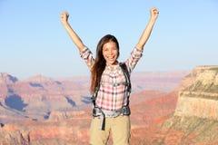 Glücklicher Siegerwanderer beim Grand Canyon -Zujubeln lizenzfreies stockfoto