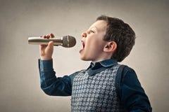 Glücklicher singenvorschüler stockbild