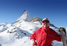 Glücklicher Skifahrer über Alpen Lizenzfreie Stockbilder