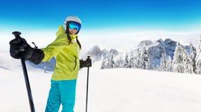 Glücklicher Skifahrer der jungen Frau, der sonniges Wetter in den Alpen genießt Lizenzfreie Stockbilder