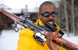 Glücklicher Skifahrer am Skiort Lizenzfreie Stockfotos