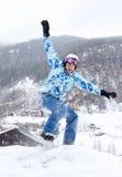 Glücklicher Snowboarder springt auf Snowboard und srceams Stockfotos