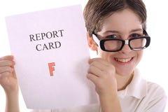 Glücklicher Sonderling mit Schulzeugnisgläsern unten Lizenzfreie Stockfotografie