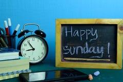 Gl?cklicher Sonntag! Planung auf Hintergrund der Funktions-Tabelle mit B?roartikel stockbilder