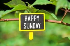 Glücklicher Sonntags-Text an Bord stockfotografie