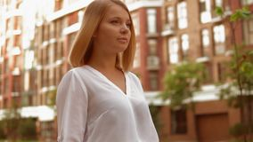 Glücklicher Spaziergang der erwachsenen Frau in der schönen Stadt stock video footage