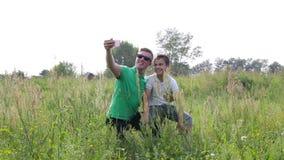 Glücklicher spielender Vater und Sohn, Bilder von selbst, um Smartphone zu benutzen stock video