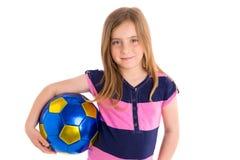 Glücklicher Spieler des Fußballfußballkindermädchens mit Ball Lizenzfreies Stockfoto