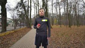 Glücklicher, sportlicher Fleisch fressender Apfel im Park stock video footage
