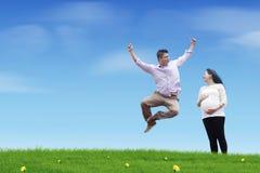 Glücklicher springender Vater Lizenzfreie Stockbilder