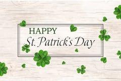 Glücklicher St- Patrick` s Tag St.-patricks Tagesdesign mit fallendem Shamrock, leaved Klee vier auf hölzernem Hintergrund irland stock abbildung
