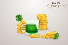 Glücklicher St- Patrick` s Tag St.-patricks Tagesdesign mit vier leaved Klee, Stapel Goldmünzen, grünes Bier an stock abbildung