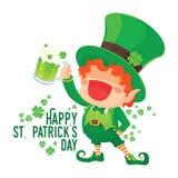 Glücklicher St- Patrick` s Tageskobold, der Bier hält Stockbild