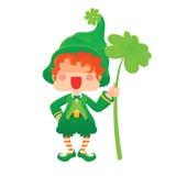 Glücklicher St- Patrick` s Tageskobold, der Shamrock hält Lizenzfreies Stockfoto